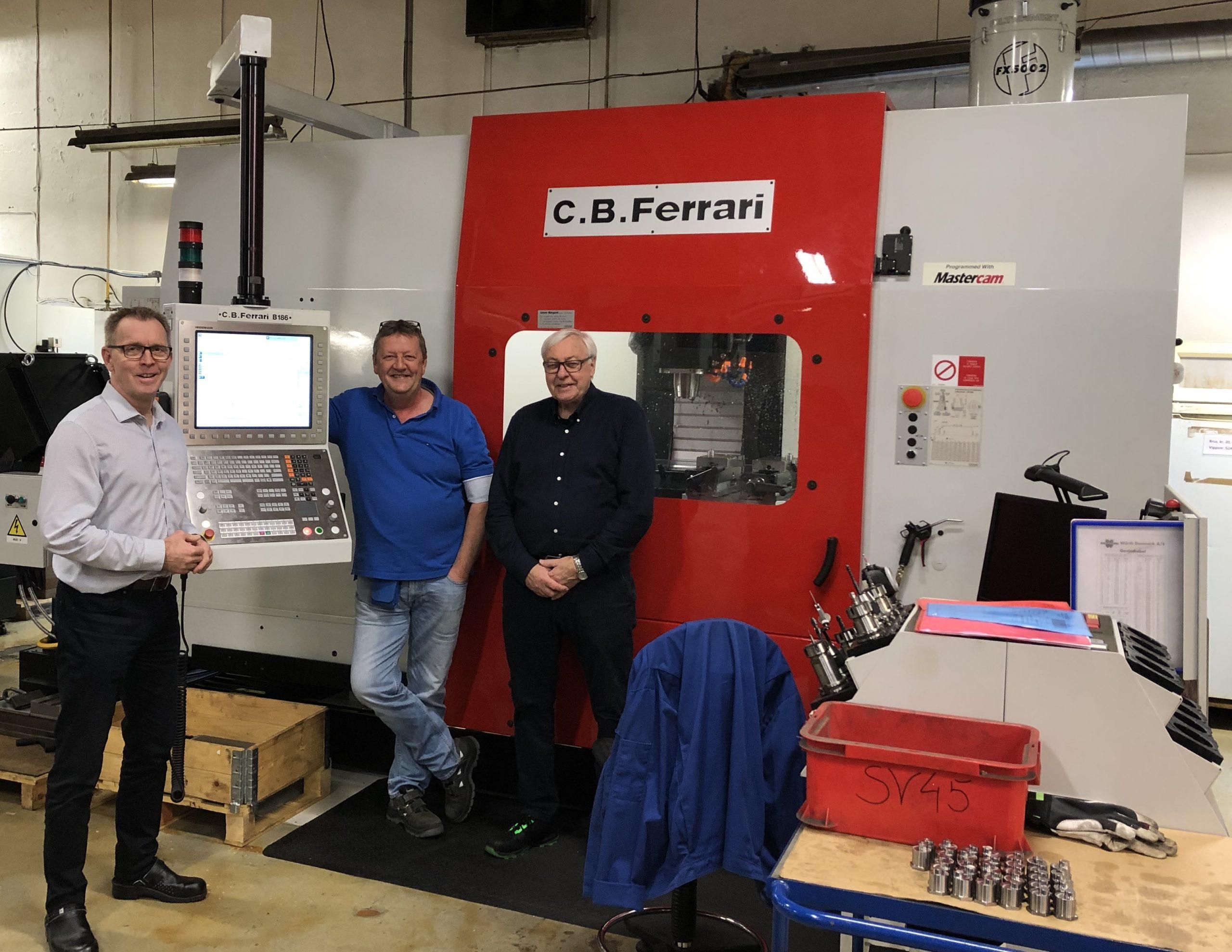 Foran det nye C.B. Ferrari 5-akse maskineringssenteret, f.v.: Knut Mjåland, Managing Director, Kjell-Gunnar Noddeland, Operations Manager Looms & Spares, begge fra Fenner Mandals og direktør Bjørn P. Svennungsen fra ABC-Maskin AS